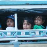 enfants birmans dans bus