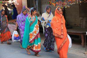 pélerins se rendant au ghat