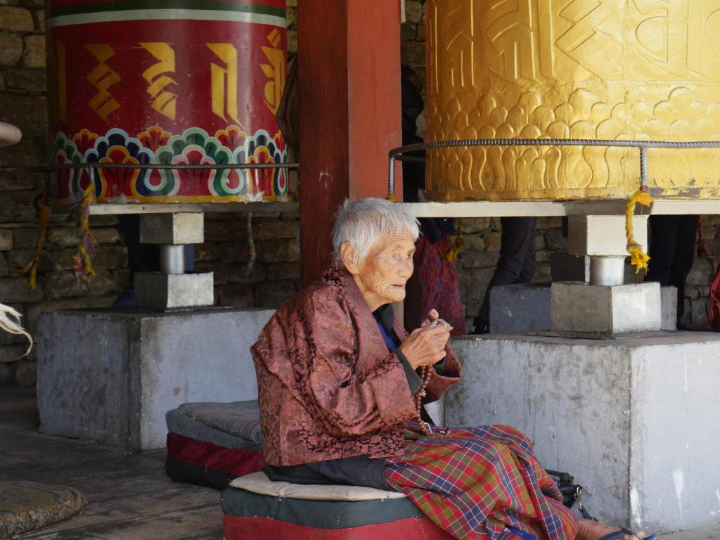 femme au sanctuaire THYMPHU
