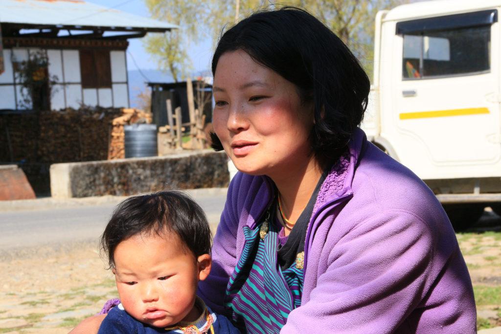 mère et enfant dans 1 village de l'est
